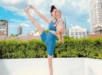 anh-sao-30-7-ho-ngoc-ha-tap-yoga-cung-con-gai